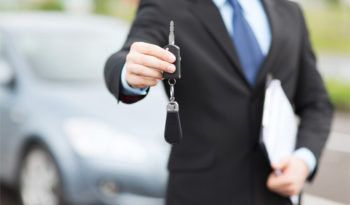 vleasing_agent_giving_a_car_key